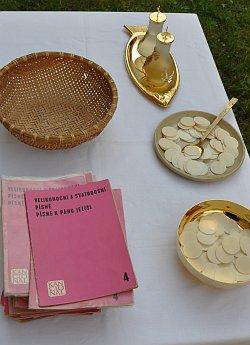 Eucharistie, hostie, zpěvník, letnice, foto -IMA-