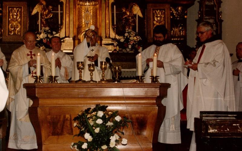 Kardinál Miloslav Vlk 28.11.1992 při slavnostním uzavření klauzury karmelu sv. Josefa v Praze na Hradčanech / foto -IMA-